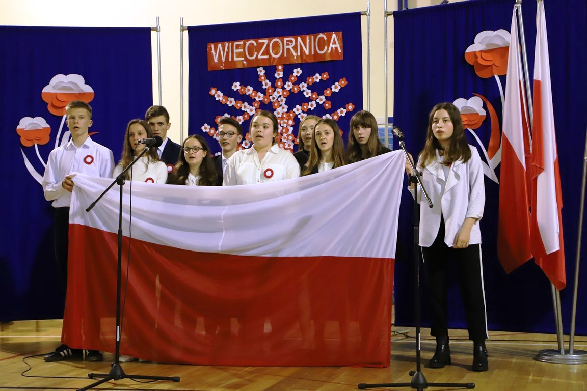 Wieczornica patriotyczna w Szkole Podstawowej nr 1 im. Bohaterów Westerplatte  w Starej Wsi - zdjęcie główne